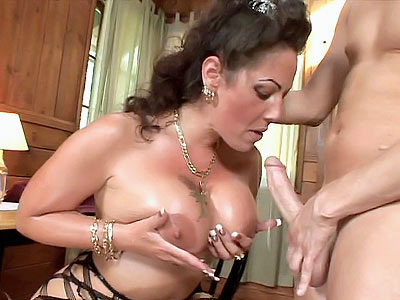 Sexy MILF Playing With Her love muffins